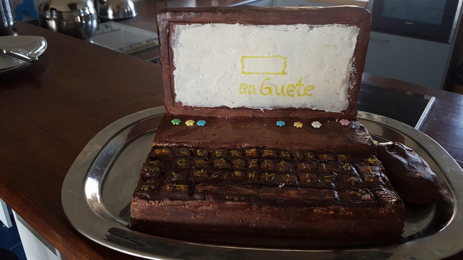 Laptop nur mit essbarem Material, keine aufwändige Deko, nur bissel kleiner gebrochene Butterkekse als Tastatur, kalter Hund, Keks bauen
