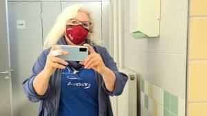FFP2-Maske, waschbar, rot, Selfie im Waschraum einer Arztpraxis