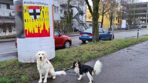 HonarroDehom-Logo mit konstanzer Wappen, badischen Farben und Narrenbändeln - hier als Plakat an der Litfaßsäule, davor der Golden Retriever Richie und der Cavalier-King-Charles Gismo