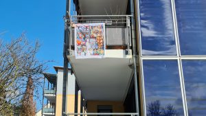 unterwegs irgendwo am Rande: #HonarroDehom als Logo, Fahne oder Plakat. Motiv mit Silhouette und Wappen der Stadt #Konstanz, dazu #badische Farben und Narrenbändel