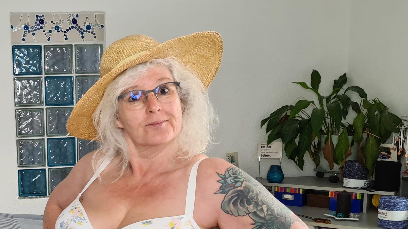 sommerlicher Blümchen-BH dazu Strohhut
