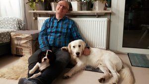 Wohnraum Mann mit zwei Hunden